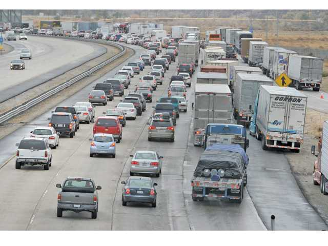 A view form the Hasley Canyon overpass in Castaic looking north shows traffic snarling as cars are diverted down to one lane to exit at Parker Road in Castaic after Interstate 5 was closed in Castaic due to snow on the Grapevine on Saturday. Signal photo by Dan Watson.
