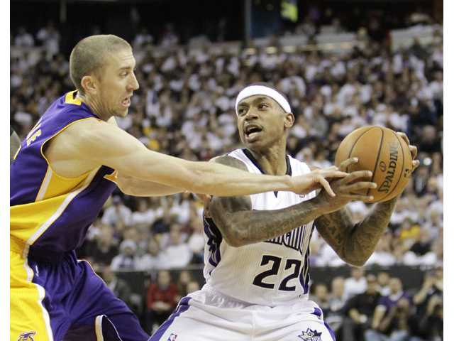 Lakers hold off Kings 106-100