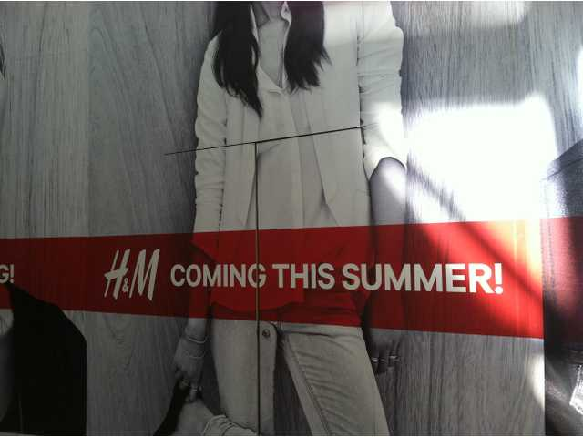 Retailer H&M is constructing a two-level store at the mall in Valencia. A spokesperson for the mall thinks it more likely that the retailer will open in October.