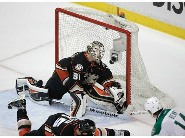 Ducks hold off Stars in series opener