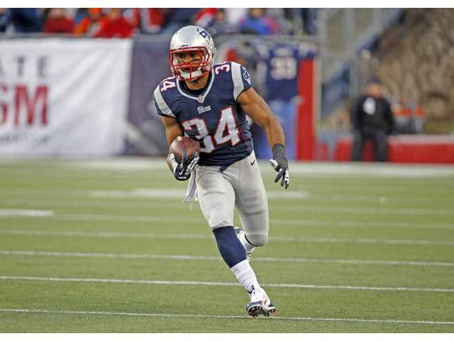 New England Patriots running back and Valencia High alumnus Shane Vereen runs against the Cleveland Browns on Dec. 8, 2013, in Foxborough, Mass.