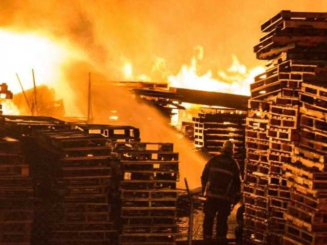 Huge fire destroys pallet yard