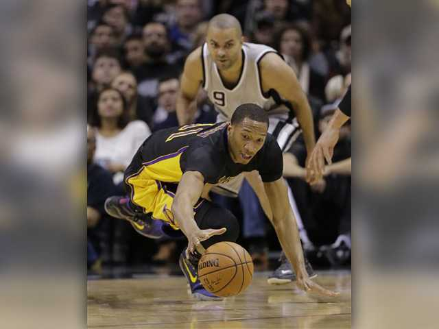 Spurs roll past Kobe-less Lakers