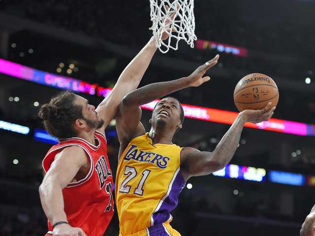 Lakers stop 9-game skid, edge Bulls in double OT