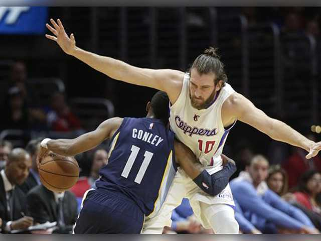 Clippers surge late, fall to Grizzlies