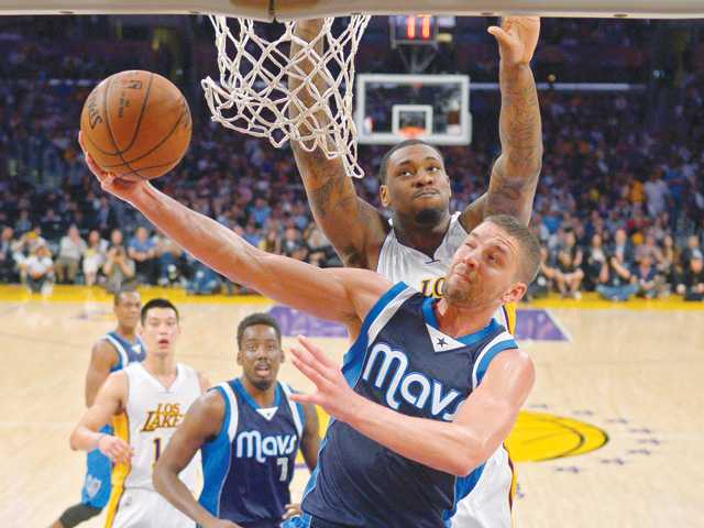 Lakers stumble late in loss to Mavs