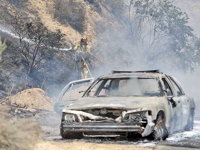 UPDATE: Fire units jump on freeway blaze in Newhall Pass