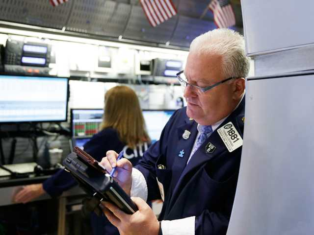 US stocks head lower as Greece debt talks resume
