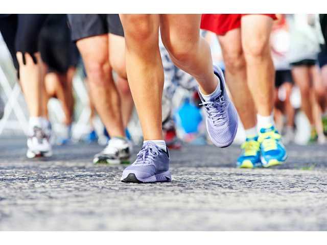 Officer helps injured runner across finish line, photo goes viral