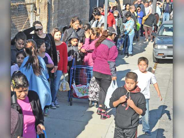 Hundreds of turkeys handed out throughout SCV ahead of Thanksgiving