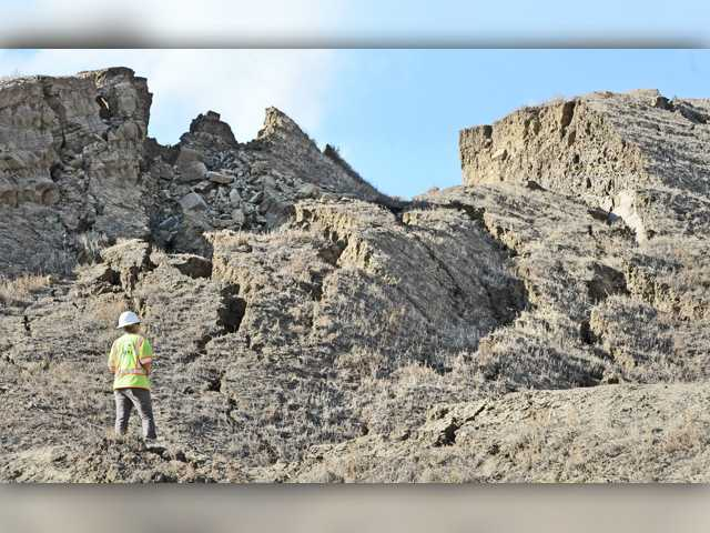 SCV's crumbling road proves magnet for curious