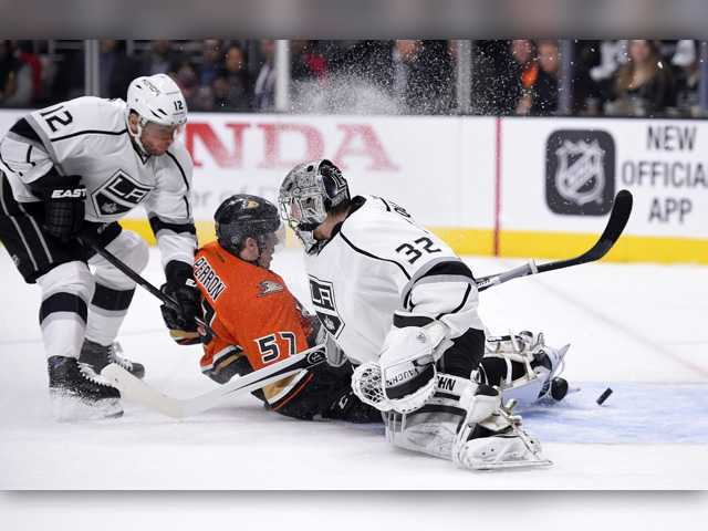 Perron, Getzlaf lead streaking Ducks past rival Kings