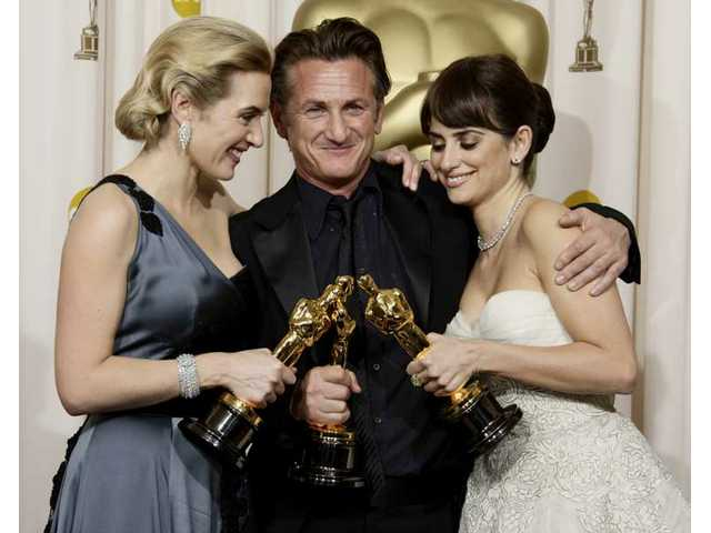 "From left, British actress Kate Winslet holds the Oscar for best actress for her work in ""The Reader"", Sean Penn holds the Oscar for best actor for his work in ""Milk"", and Spanish actress Penelope Cruz holds the Oscar for best supporting actress for her work in ""Vicky Cristina Barcelona"" during the 81st Academy Awards."