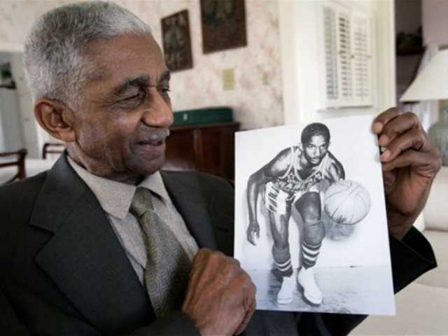 <p>In this Feb. 14, 2008, file photo, former Harlem Globetrotters great Marques Haynes holds a photo circa 1951 of himself in his Globetrotters uniform, in Plano, Texas. Haynes died Friday, May 22, 2015, in Plano, Texas. He was 89.</p>