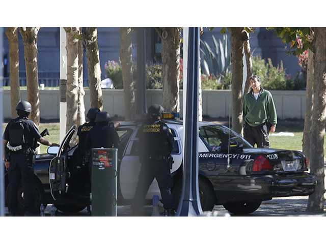 """<div class=""""image_widgetid_ae92923d4fbd4ecb96c567d88e38dc39_cutline_text constructor"""">San Francisco Police officers respond to a man, whom they believe to be armed, in Civic Center Plaza in San Francisco, Saturday, Sept. 24, 2016. (Michael Macor/San Francisco Chronicle via AP)</div>"""