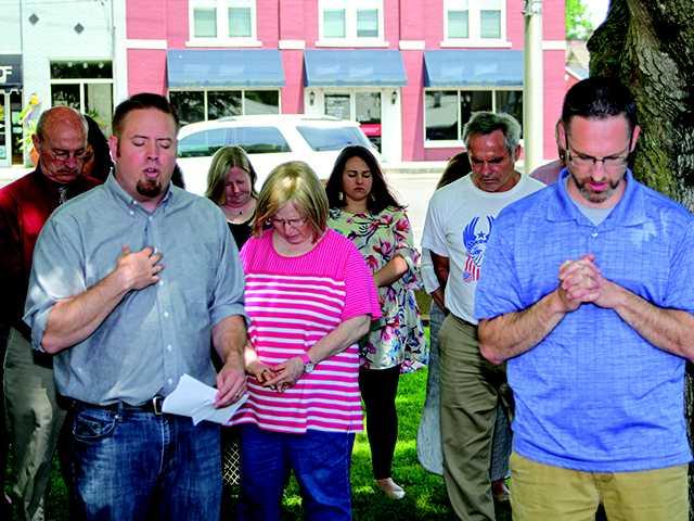 Smithville pauses for prayer