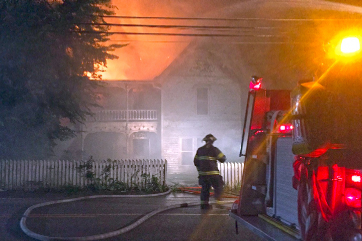 VIDEO - Historic house burns