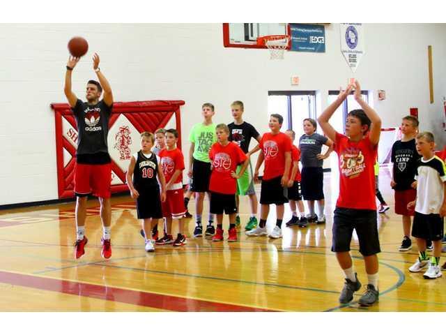 Former Badger Showalter visits Shullsburg Basketball Camps